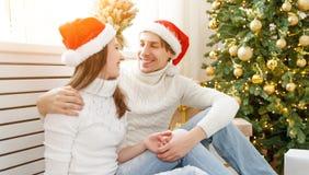 Glad jul! familjpar med den magiska julgåvan Royaltyfri Fotografi