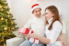 Glad jul! familjpar med den magiska julgåvan Arkivfoton
