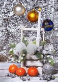 Glad jul, garnering för jul, jul leksak, stearinljus och vit korg på bakgrunden royaltyfria foton