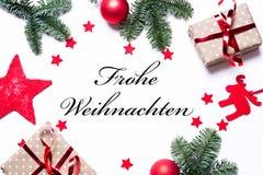 Glad jul i tysk på en julbakgrund med gåva royaltyfri fotografi