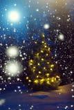 Glad jul! Julgran utanför snöfall i månskenet härlig jul för bakgrund Abstrakt fantasibakgrunder med den magiska boken fotografering för bildbyråer