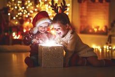 Glad jul! lyckliga barn med den hemmastadda magiska gåvan royaltyfri foto