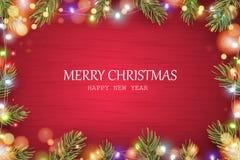 glad jul lyckligt nytt år Sörjer röd träbakgrund för jul med filialer för feriegranträdet, kotten, skinande ljus girland, b Royaltyfri Foto