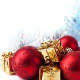 Glad jul, nytt år, gåvor i guld- askar, röda julbollar i det högra hörnet Vit bakgrund fotografering för bildbyråer