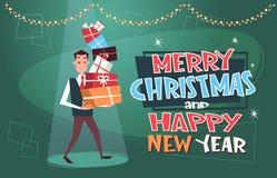 Glad jul och affisch för lyckligt nytt år med maninnehavhögen av gåvor på bakgrund vektor illustrationer