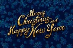 Glad jul och guld- skinande för lyckligt nytt år blänker Kalligrafi som är typografisk på guld- Xmas-bakgrund med vinterlandskap  stock illustrationer