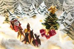 Glad jul och lyckliga ferieorigamivykort arkivfoton