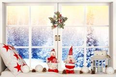 Glad jul och lyckliga ferier! Ett härligt som dekoreras för julfönster Övervintra skogen från fönstret av huset Royaltyfri Bild