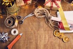 Glad jul och lyckliga ferier! Julförberedelse, sciss Arkivbild