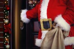 Glad jul och lyckliga ferier! Santa Claus kommer med massor av p Royaltyfri Fotografi
