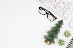 Glad jul och lyckliga nya år kontorsskrivbord Lägenheten lägger överkant VI arkivbild