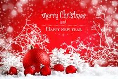 Glad jul och lyckligt nytt år En bakgrund för ` s för nytt år med garneringar för nytt år, bakgrund med kopieringsutrymme arkivbilder
