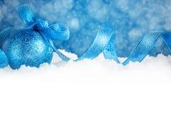 Glad jul och lyckligt nytt år En bakgrund för ` s för nytt år med garneringar för nytt år Kort för ` s för nytt år Bakgrund med Royaltyfri Fotografi