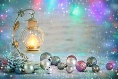 Glad jul och lyckligt nytt år En bakgrund för ` s för nytt år med garneringar för nytt år Kort för ` s för nytt år royaltyfria foton