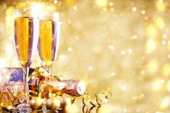 Glad jul och lyckligt nytt år En bakgrund för ` s för nytt år med garneringar för nytt år Kort för ` s för nytt år Royaltyfria Bilder