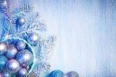Glad jul och lyckligt nytt år En bakgrund för ` s för nytt år med garneringar för nytt år Kort för ` s för nytt år Fotografering för Bildbyråer