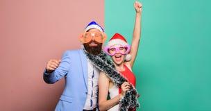 Glad jul och lyckligt nytt år Familj som firar Xmas Parti för nytt år lyckliga par i den Santa Claus hatten Jul fotografering för bildbyråer