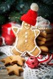 Glad jul och lyckligt nytt år Kakagåvor och granträdfilialer på en trätabell Selektivt fokusera Jul arkivbilder