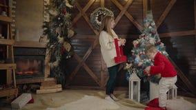 Glad jul och lyckligt nytt år Mamman och sonen dekorerar julgranen inomhus Älska upp familjslut arkivfilmer