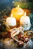 Glad jul och lyckligt nytt år Stearinljus- och julleksaker på en trätabell Bokeh Selektivt fokusera fotografering för bildbyråer
