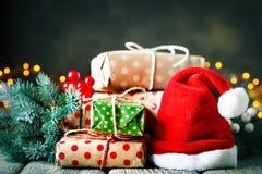 Glad jul och lyckligt nytt år Trätabell som dekoreras med julgåvor Bakgrund med kopieringsutrymme arkivfoton