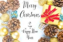 Glad jul och nytt år som är typografiska på vit bakgrund w arkivfoton
