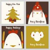 Glad jul och uppsättning för lyckligt nytt år av kortet med den gulliga hanen, ägget, trädet och gåvan vektor illustrationer