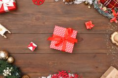 glad jul Olika storleksanpassade gåvor som isoleras på tränärbild för bästa sikt för yttersida arkivfoton
