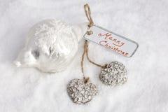 Glad jul på kort med hjärtor Arkivfoto