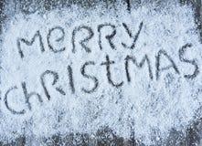 Glad jul räcker utdragen bokstäver på träbräde Arkivfoton