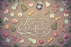 Glad jul! skriftligt bland pepparkaka- och granfilialer Tappningblick Royaltyfri Foto
