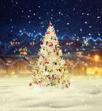 Glad jul, snöig xmas-träd med garnering Arkivfoto
