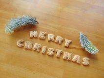 Glad jul som är skriftlig med kakor Arkivbilder