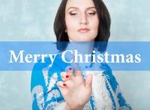 Glad jul som är skriftlig på den faktiska skärmen begrepp av celebratory teknologi i internet och nätverkande Kvinna in Arkivbilder