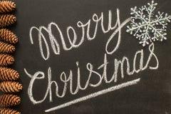 Glad jul som är skriftlig på ett lyckligt nytt år för svart tavlabegrepp Fotografering för Bildbyråer