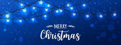 Glad jul som är typografisk på blå bakgrund med glödande vita girlander för Xmas-garneringar, ljus, stjärnor stock illustrationer