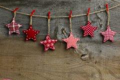 Glad jul som hänger rött och vitt modelltyg för garnering Royaltyfria Bilder