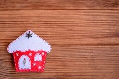 Glad julkort Bakgrund för vinterferie Garnering för julfilthus som isoleras på en brun träbakgrund Arkivfoton