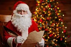 Glad jultomten med bokstaven Royaltyfri Foto