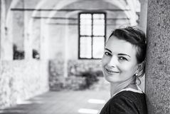 Glad kvinna i den medeltida korridoren, Telc som är akromatisk Royaltyfri Bild