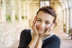 Glad kvinna i den medeltida korridoren, Telc, Tjeckien Royaltyfria Foton
