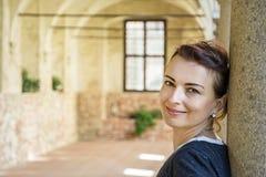 Glad kvinna i den medeltida korridoren, Telc, Tjeckien Arkivbild