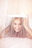 Glad kvinna i sängen Arkivfoton