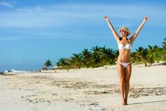 Glad kvinna på tropisk karibisk semester Fotografering för Bildbyråer