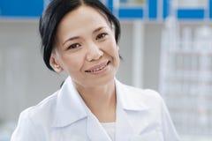 Glad kvinnlig doktor som ser dig royaltyfri fotografi