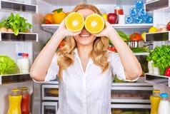 Glad kvinnlig på köket Arkivfoto