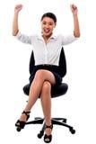 Glad kvinnlig som lyfter armar i spänning Arkivbilder