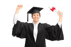 Glad kvinnlig student som firar hennes avläggande av examen Royaltyfri Foto