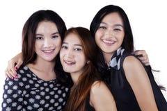 Glad kvinnlig tonåring tre i studio Royaltyfri Foto