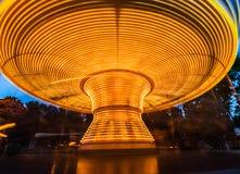 Glad lång exponering av att rotera går karusellen royaltyfria foton